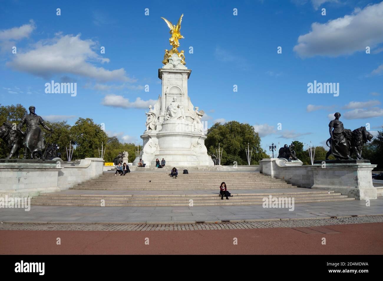 Monumento y estatua de la Reina Victoria frente al Palacio de Buckingham, Londres, Reino Unido. Foto de stock