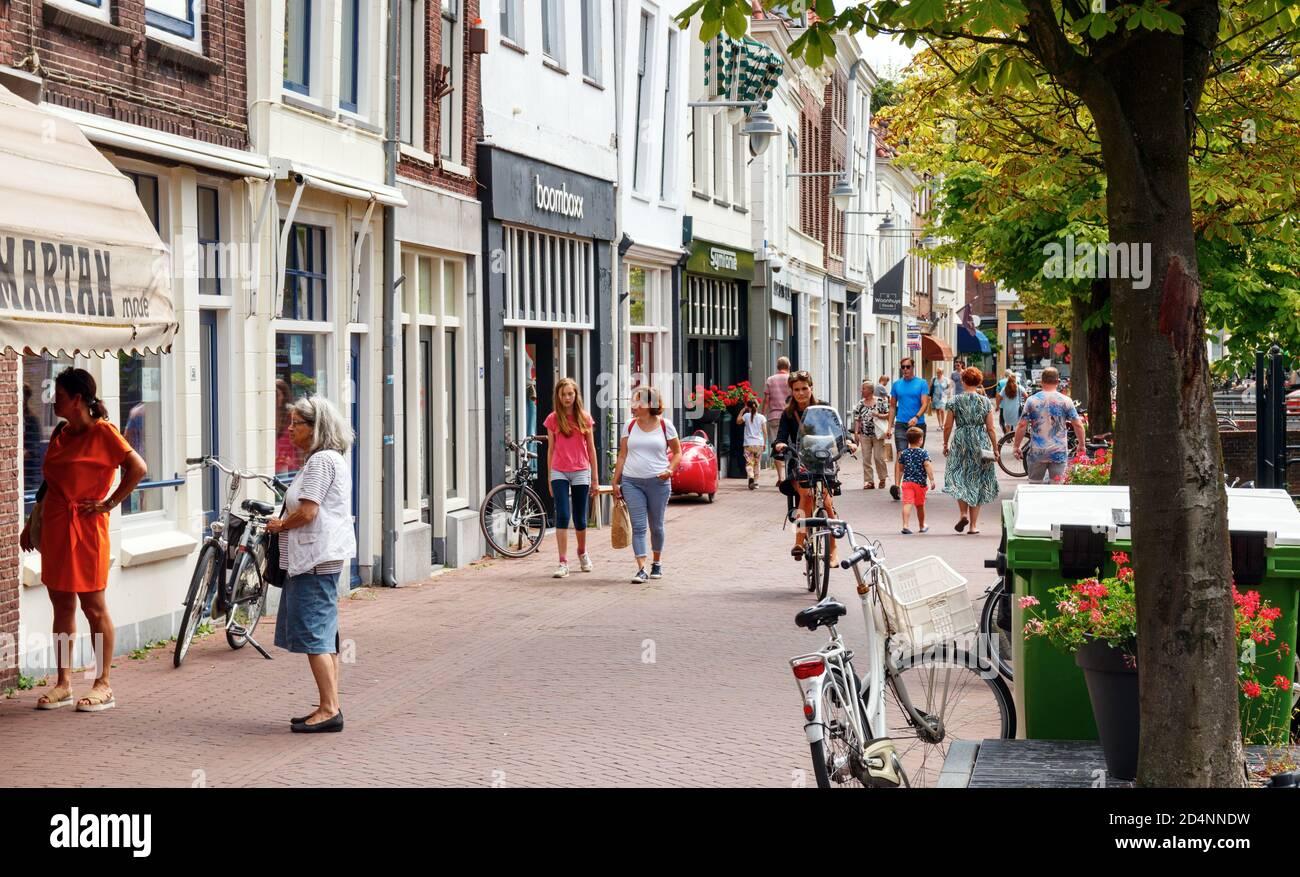 Vista del centro de la ciudad de Gouda. Zeugstraat con gente de compras en una tarde soleada. Holanda del Sur, Holanda. Foto de stock