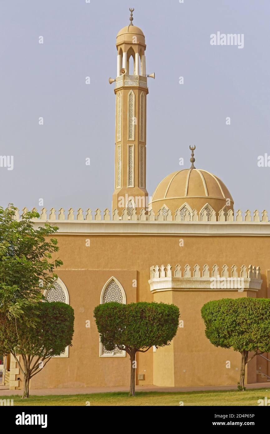 Torre y la mezquita de la cúpula lugar de culto en Kuwait Foto de stock