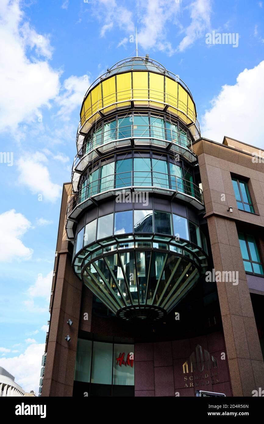 Detalle arquitectónico (cilindro de vidrio) del centro comercial 'Schadow-Arkaden' en el centro de Düsseldorf, cerca de Königsallee. Foto de stock