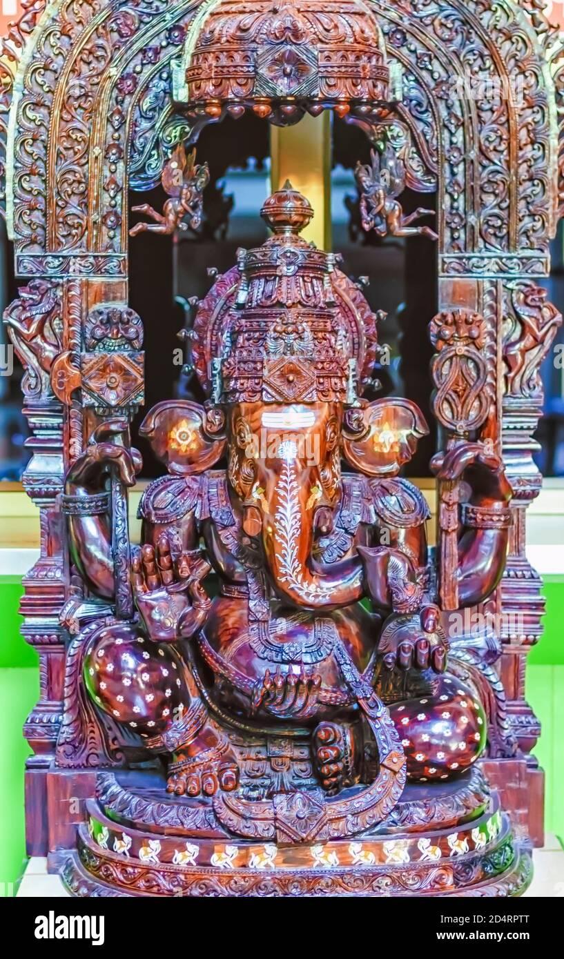 Una estatua de madera intrincadamente tallada del Señor Ganesha. Foto de stock