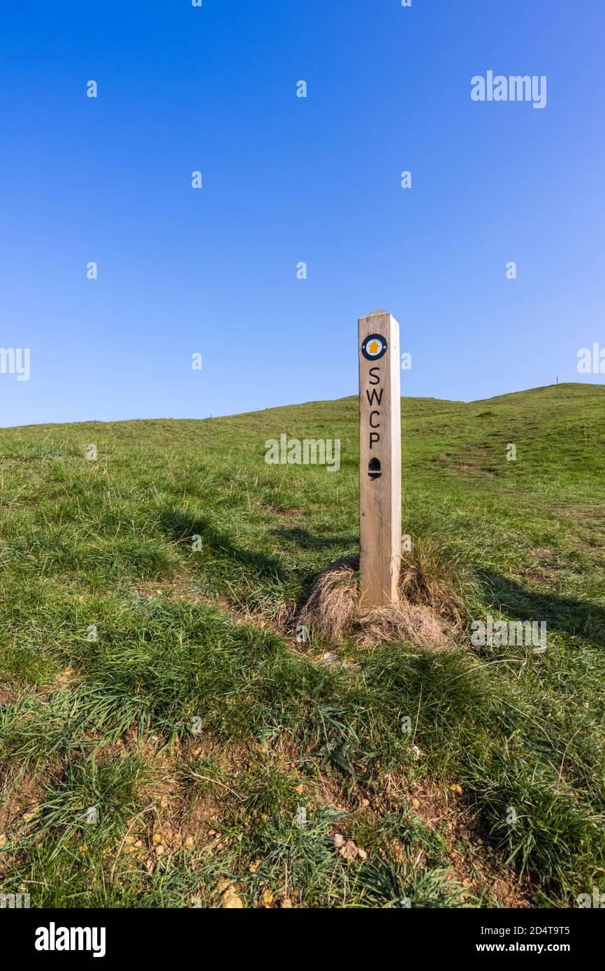 Puesto de marcador en el camino de la costa sudoeste en la costa del patrimonio cerca de Abbotsbury, Dorset, Foto de stock