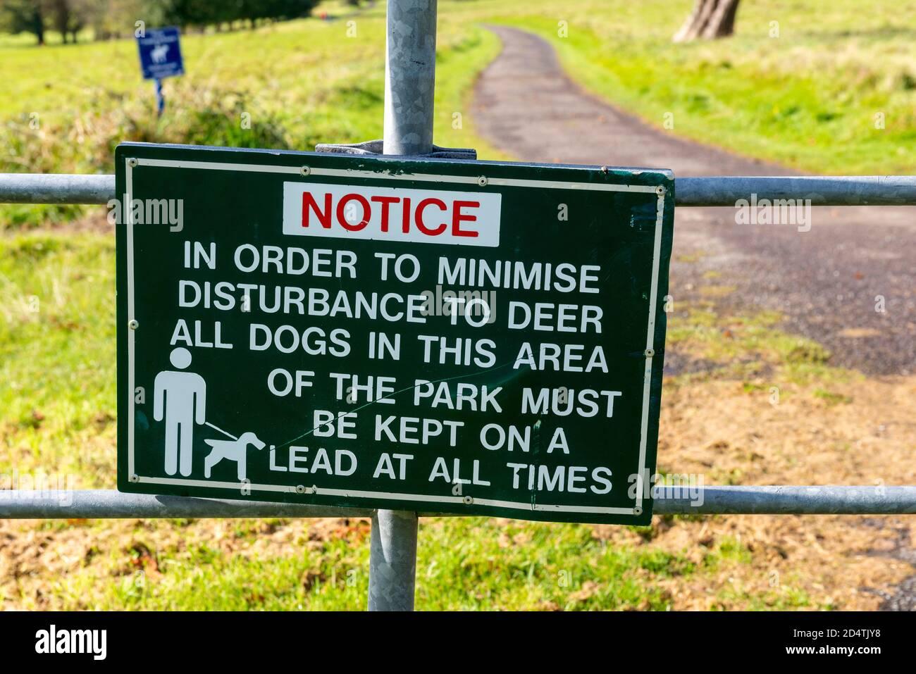 Red Deer Rut parque reglas cartel y aviso en el Parque Nacional de Killarney, Condado de Kerry, Irlanda Foto de stock