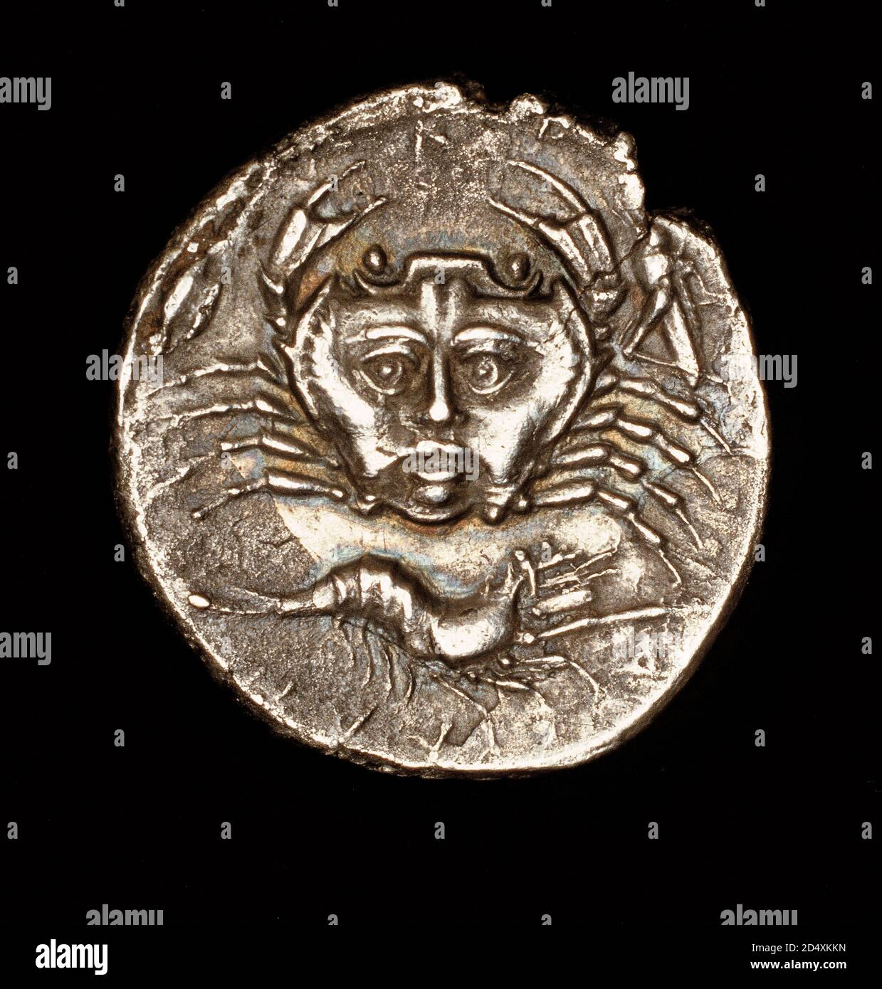 Moneda griega antigua rara, Sicilia, Catana, Drachma Plata, Amenanos, cangrejo con cara y Pawn, c 420 AC Foto de stock
