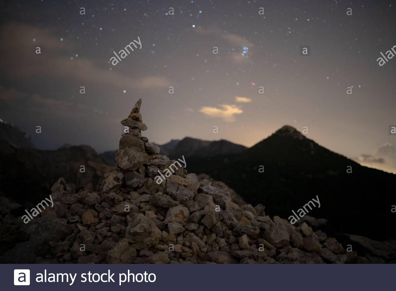 Un disparo nocturno de un hito que reproduce el monte Ofre En Mallorca Foto de stock