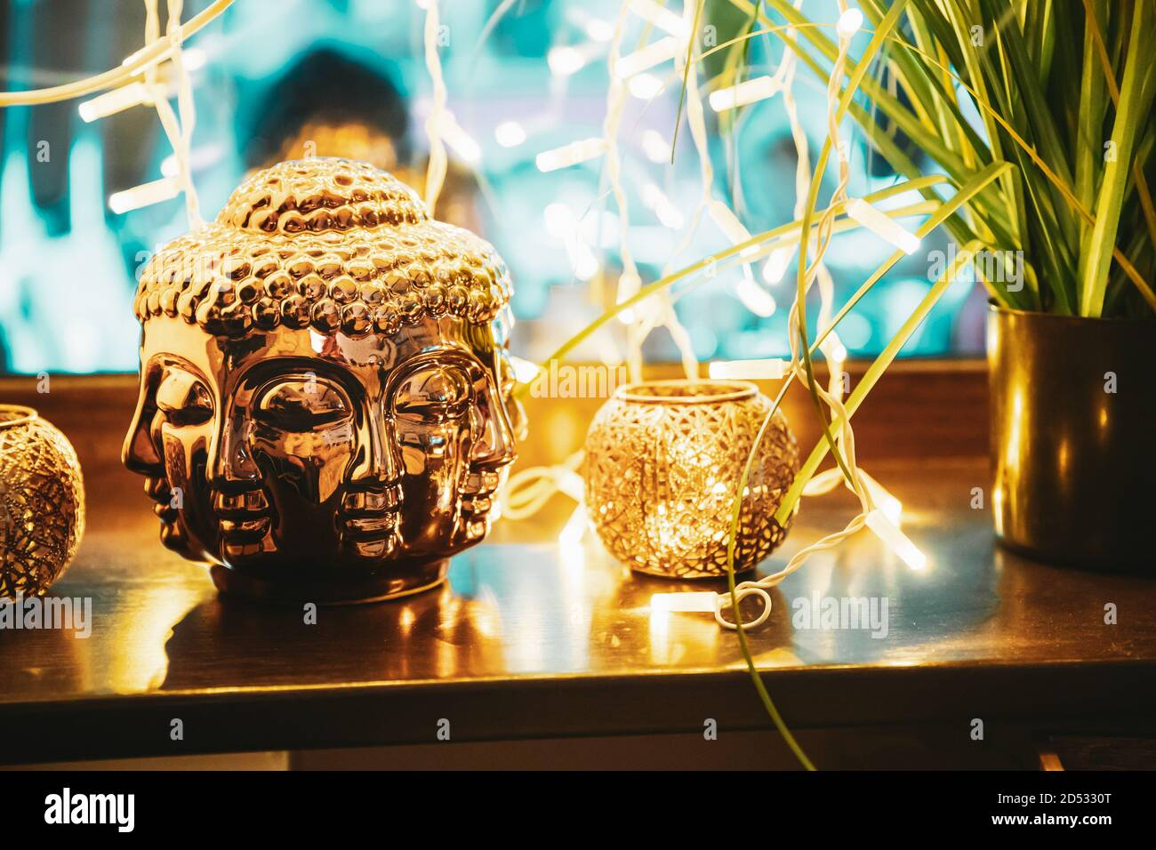 Estatua de oro de Buda cabeza iluminada por Bokeh Boke Lights. Elemento interior Foto de stock
