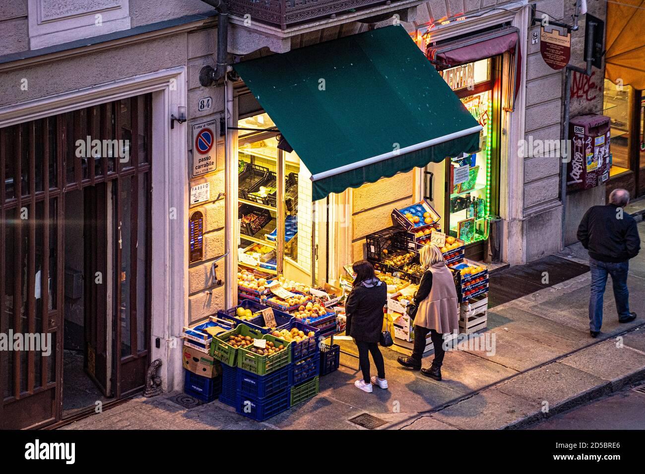 Italia Piamonte Turín Via Nizza - Tienda de frutas y verduras Foto de stock