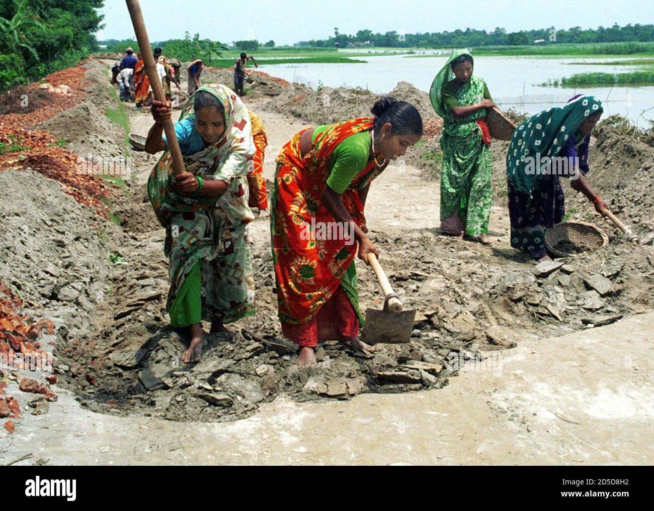Mujeres bangladesíes trabajan en un proyecto de construcción de carreteras cerca de la capital de Bangladesh, Dhaja, el 8 de marzo, el día Internacional de la Mujer. [El día se centró en la difícil situación de las mujeres en todo el mundo, especialmente en los países en desarrollo donde las mujeres son gravemente discriminadas contra los hombres en las esferas del trabajo y la seguridad social. ] Foto de stock