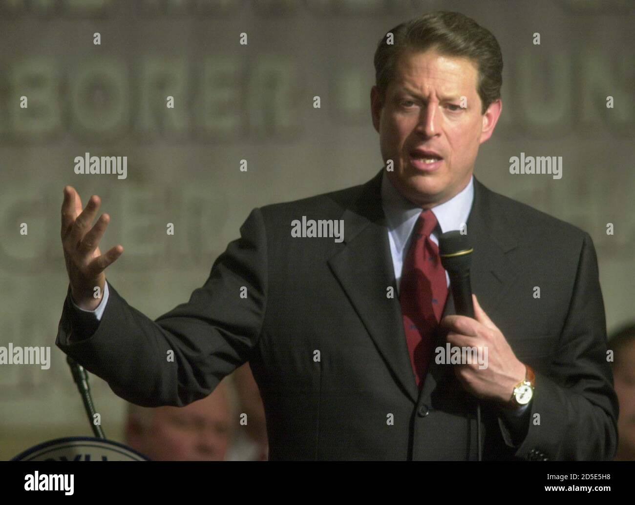 """Candidato presidencial democrático, el vicepresidente al Gore se dirige a la convención AFL-CIO de Pennsylvania en Filadelfia, marzo de 15. Un día después de bloquear la nominación demócrata, Gore advirtió a los partidarios del trabajo organizado el miércoles que los republicanos estaban """"organizando las barricadas"""" en la carrera por la Casa Blanca. TMS/SV Foto de stock"""