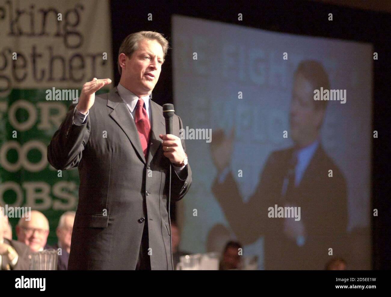 """Candidato presidencial democrático, el vicepresidente al Gore se dirige a la convención AFL-CIO de Pennsylvania en Filadelfia, marzo de 15. Un día después de bloquear la nominación demócrata, Gore advirtió a los partidarios del trabajo organizado que los republicanos estaban """"organizando las barricadas"""" en la carrera por la Casa Blanca. TMS/SV Foto de stock"""