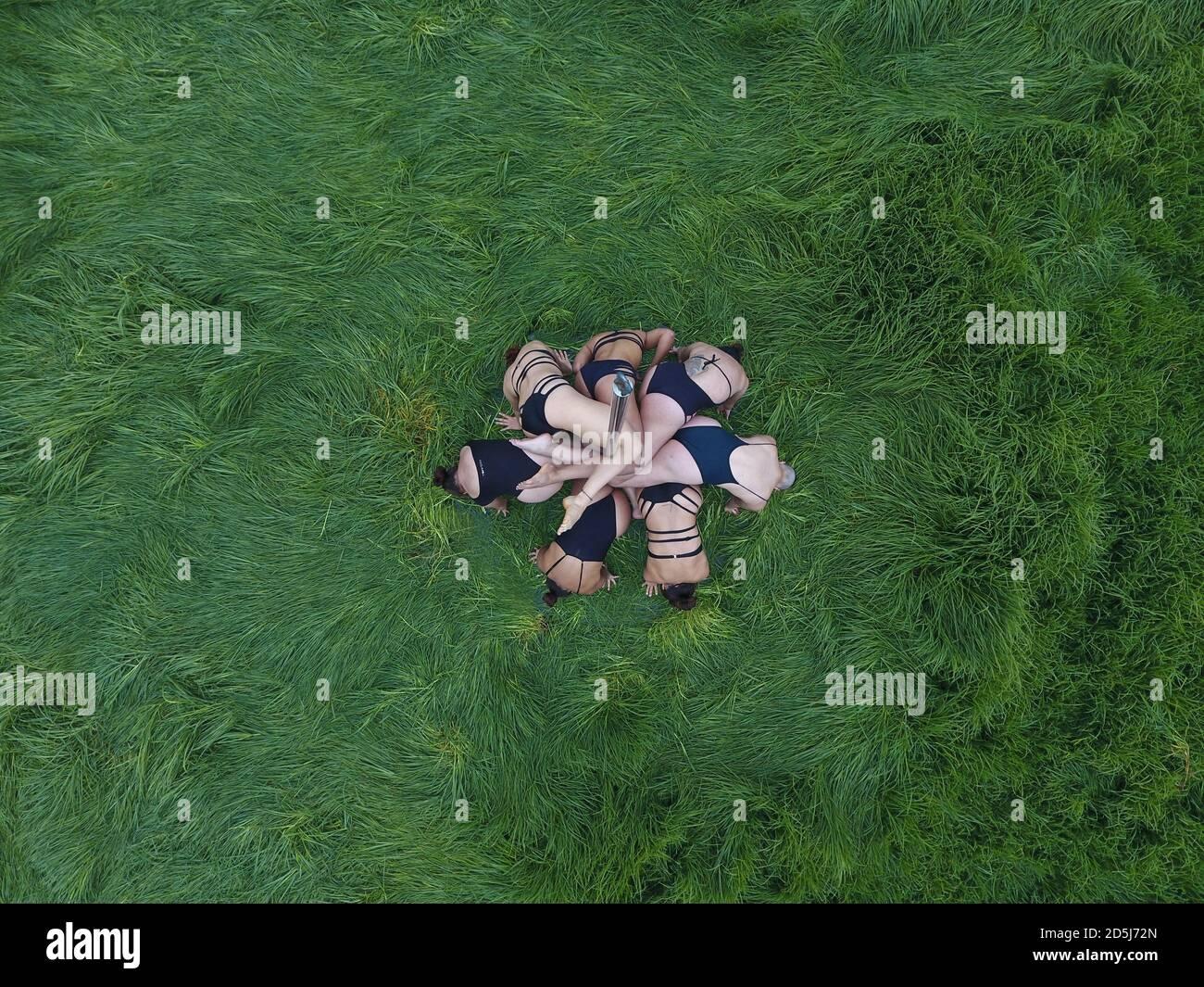 Grupo de mujeres polo-baile en la naturaleza. Foto de stock