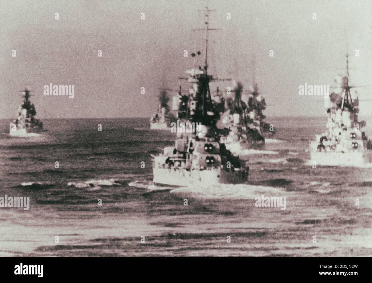 Cruceros pesados italianos un día antes de la Batalla de Punta Stilo (Battaglia di punta Stilo). Mar Mediterráneo. 8 de julio de 1940 cruceros pesados italianos de Foto de stock
