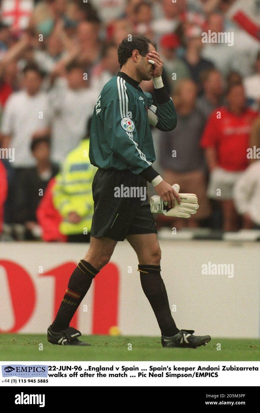 22-JUN-96 ..Inglaterra contra España ... El español Andoni Zubizarreta se desata después del partido Foto de stock