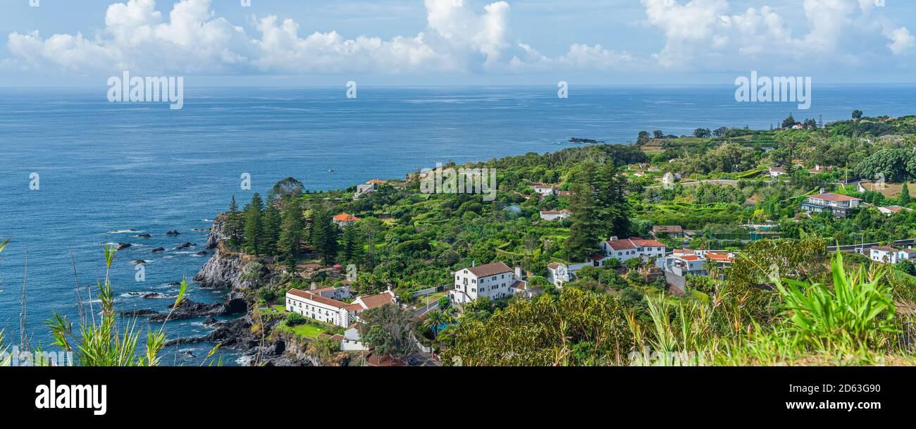 Mirador de la bahía de Caloura con la piscina natural en la isla de Sao Miguel, Azores, vista panorámica Foto de stock