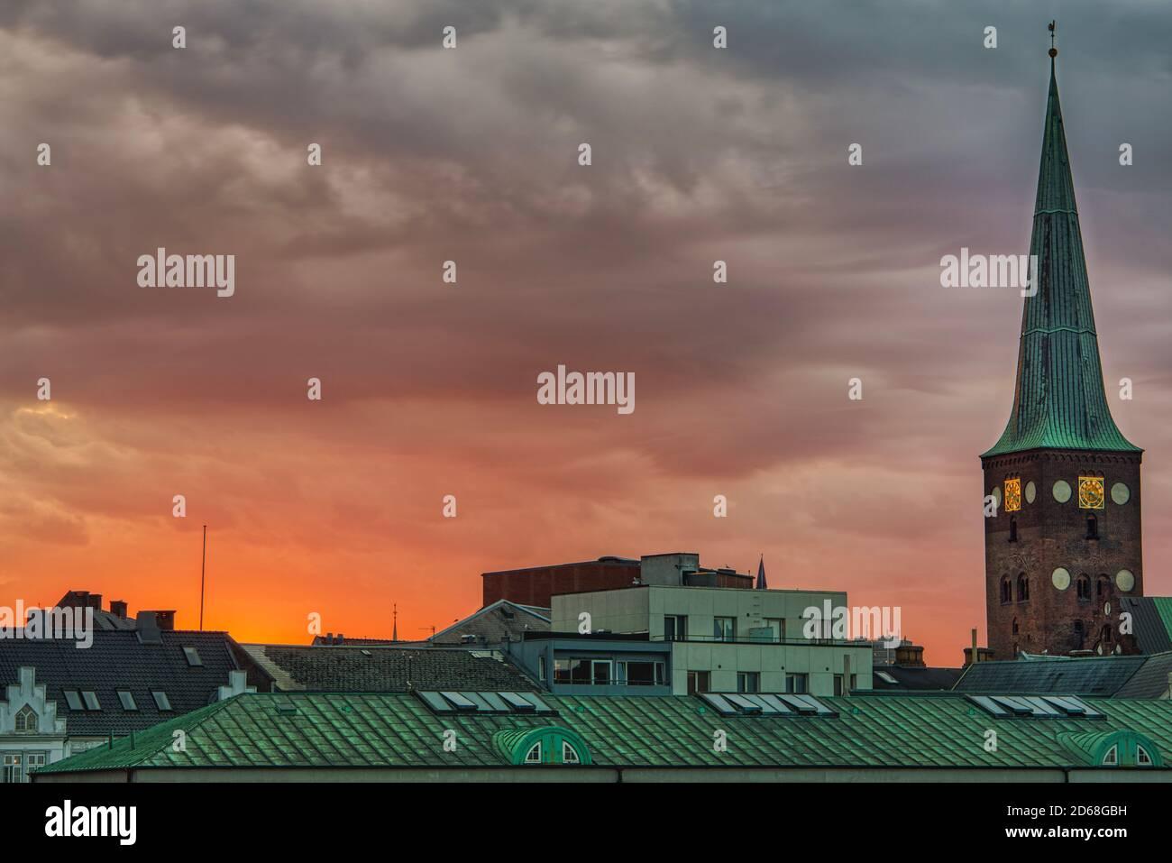 Horizonte de la ciudad al atardecer capturado de la popular biblioteca DOKK1 Con el campanario Domkirke (Catedral) de pie desde el el centro de las casas ' techos Foto de stock