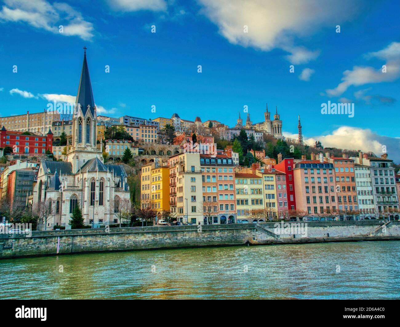 Vista a través del río Saone a Quai Romain Rolland, la Catedral de Saint-Jean-Baptiste, y la Basílica de Notre Dame de Fourviere, Lyon, Auvergne-Rh'ne-Alpes, Foto de stock