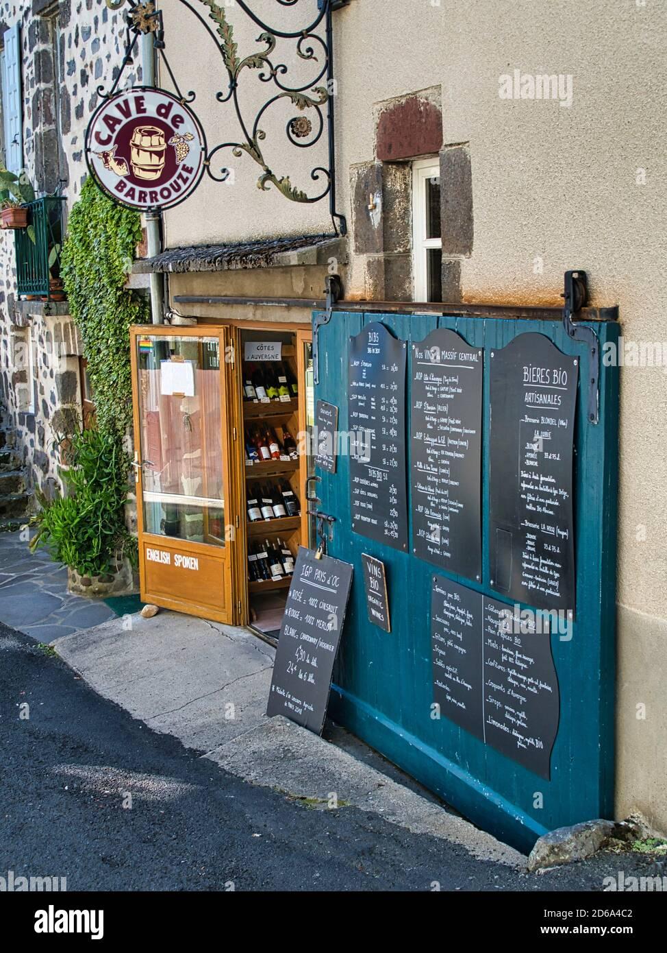 Entrada a una tienda de vinos, Salers, Departamento de Cantal, región de Auvernia, Francia. Foto de stock