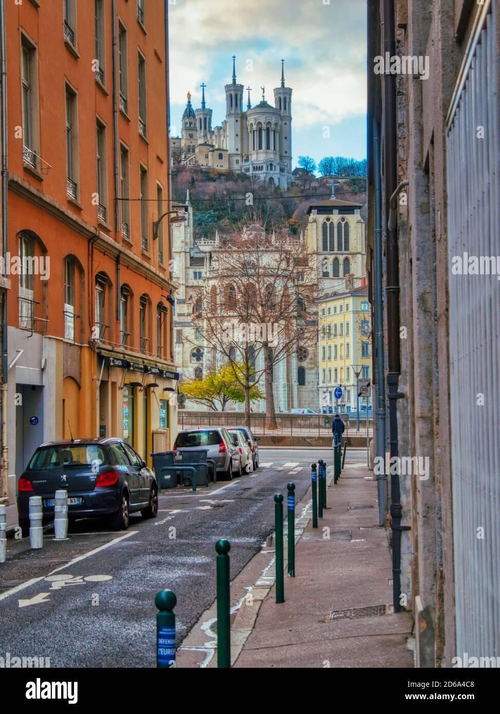 Vista a lo largo de la Rue dÕAmboise hasta la Basílica de Notre Dame de Fourviere, Lyon, Auvergne-Rh'ne-Alpes, Francia. Foto de stock