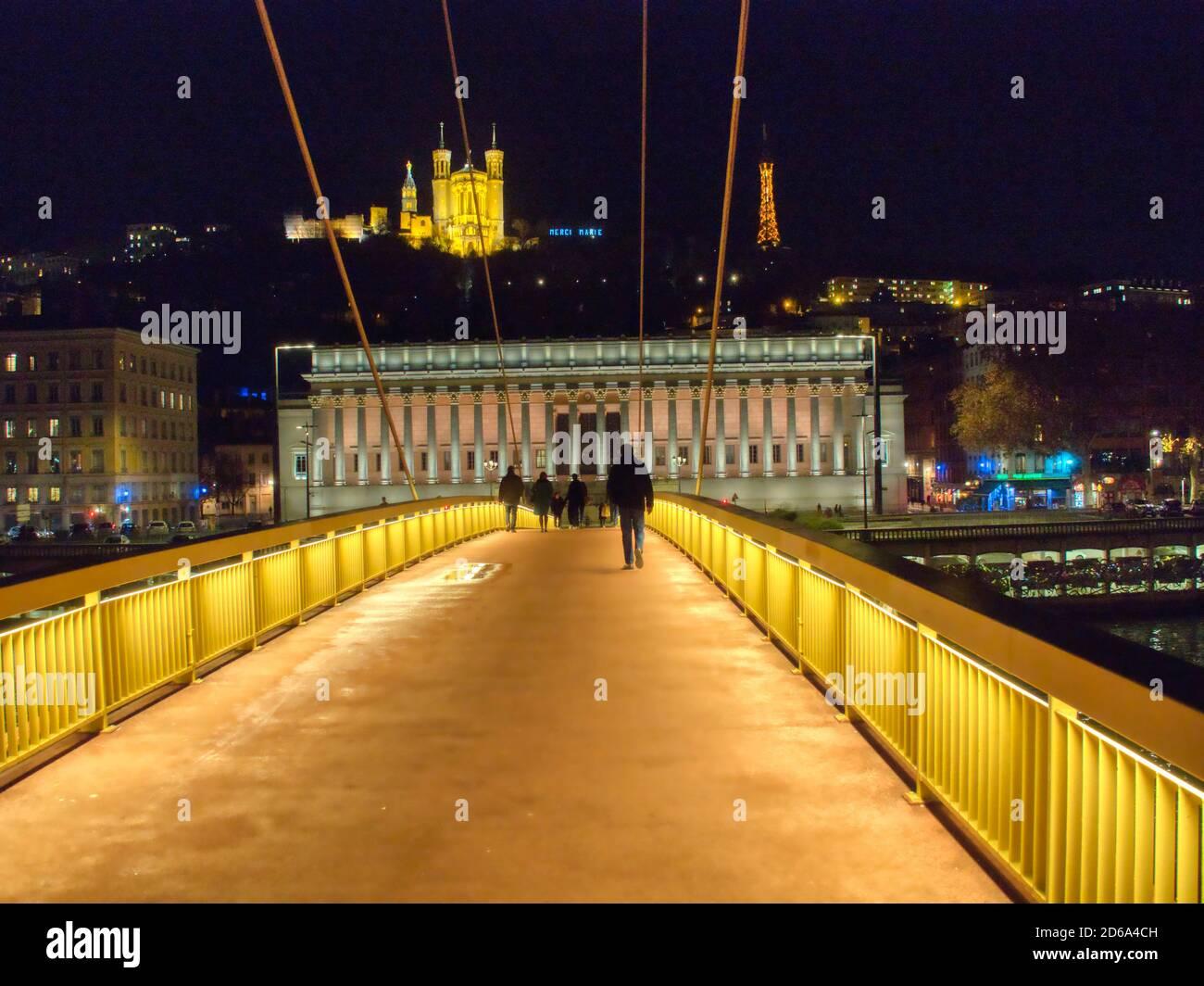 Vista a lo largo de Passerelle du Palais du Justice al juzgado y la Basílica de Notre Dame de Fourviere por la noche, Lyon, Auvergne-Rh'ne-Alpes, Francia. Foto de stock
