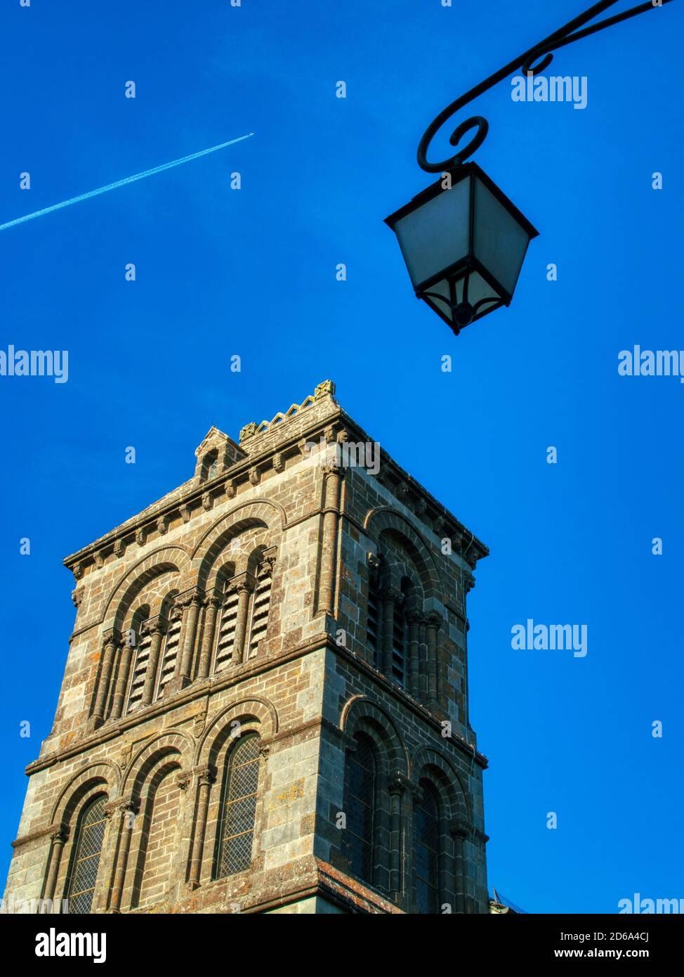 lámpara de calle y tren de chorro, Salers, Departamento de Cantal, región de Auvernia, Francia. Foto de stock