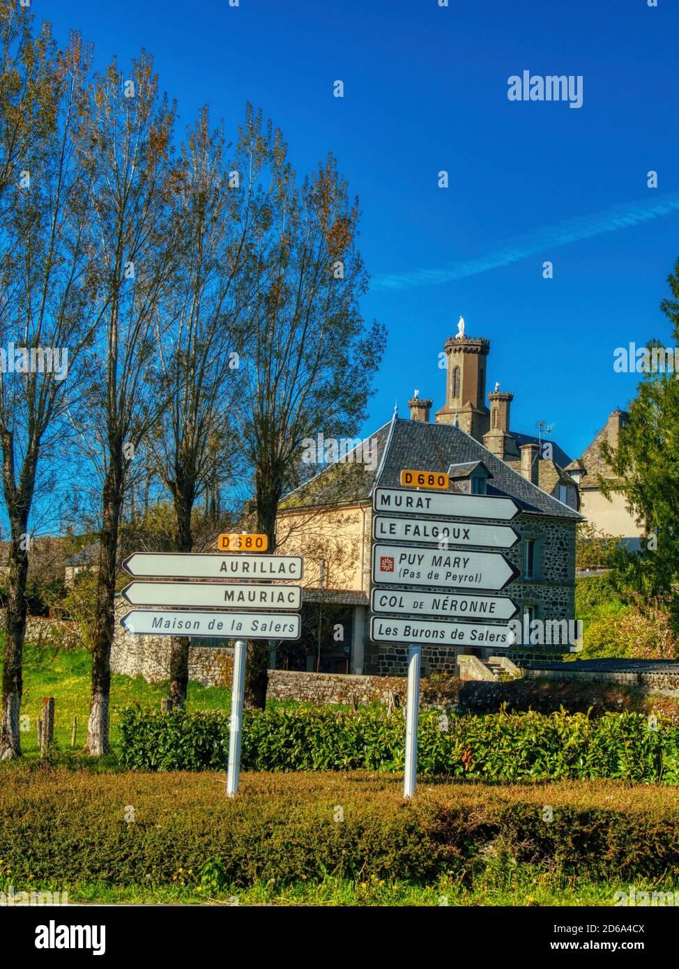 Señales de tráfico, Salers, Departamento de Cantal, región de Auvernia, Francia. Foto de stock