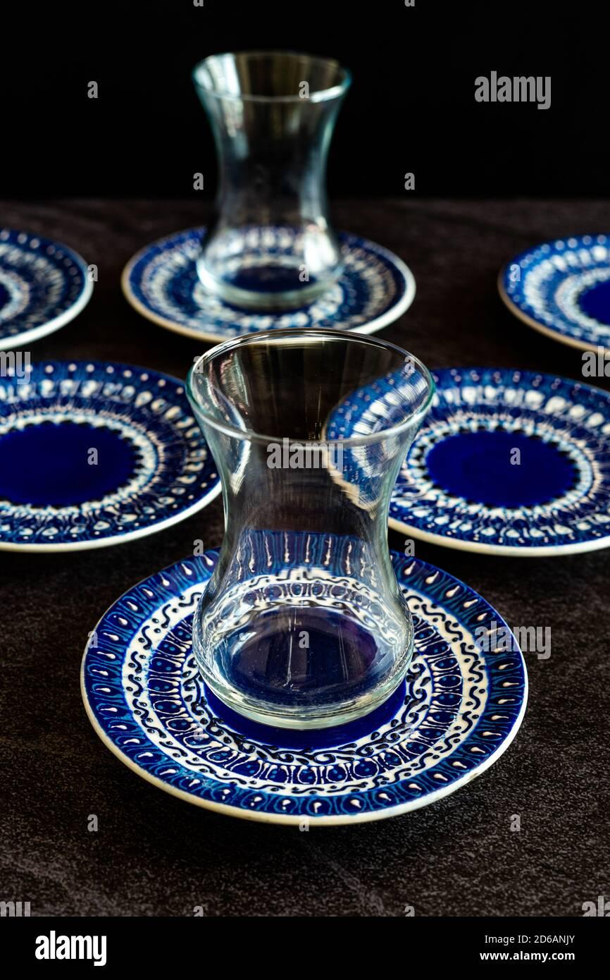 Tazas de té turco de cerámica hechas a mano / Gafas con patrón tradicional y artesanal / Artesanía. Listo para usar. Foto de stock
