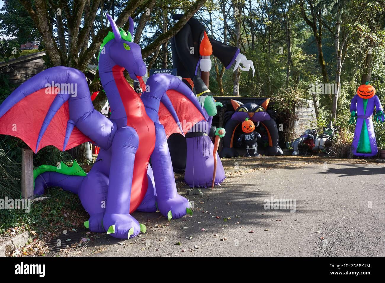 Casa decorada para Halloween con varias decoraciones inflables al aire libre en Lake Oswego, Oregon. Foto de stock