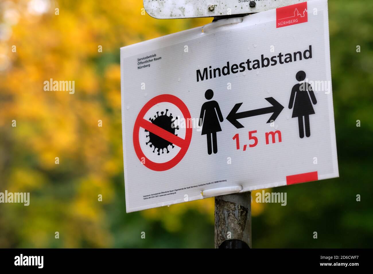 Nuremberg, Alemania - 15 de octubre de 2020: Cierre de una señal que dice a los peatones sobre un mindestabstand de 1,5m ( 1,5m distancia mínima ) debido a la Foto de stock