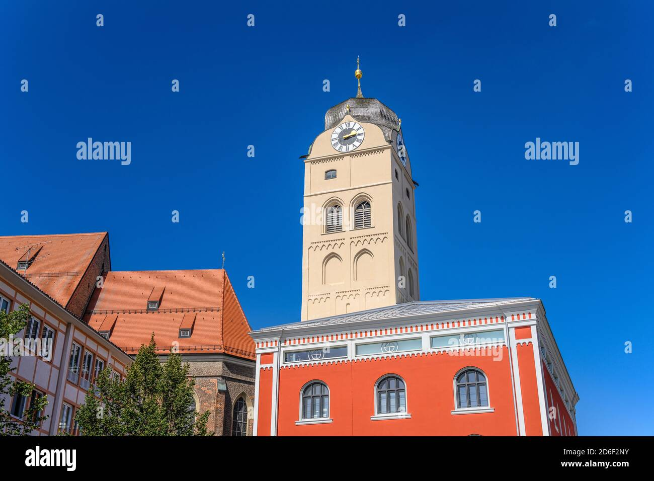 Alemania, Baviera, Alta Baviera, Erding, Schrannenplatz, schrannenhalle con la torre de la ciudad, el campanario de la iglesia parroquial de la ciudad de San Johann Foto de stock