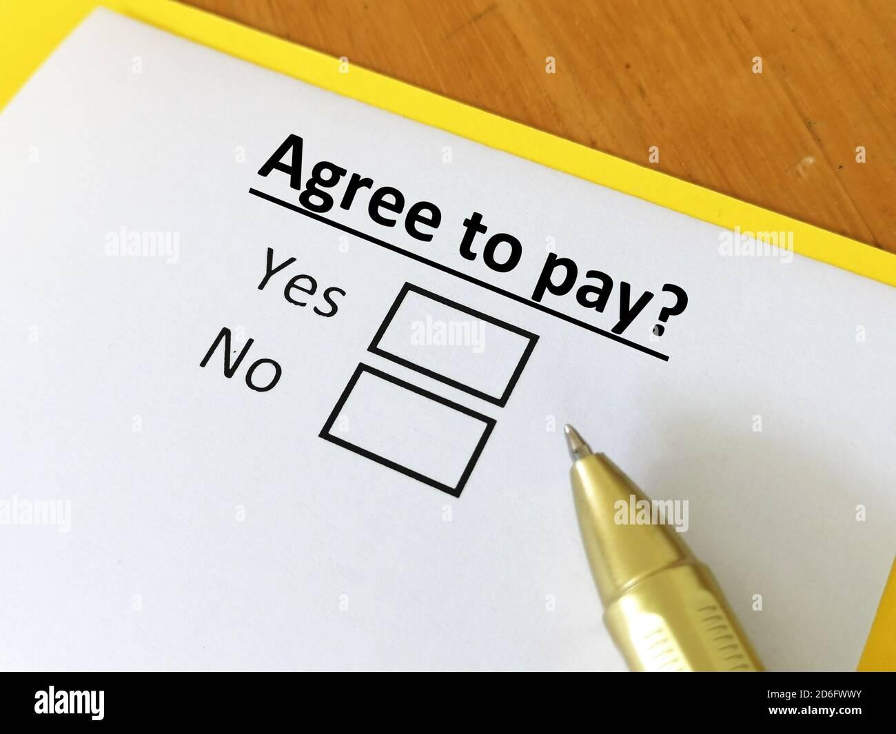 Una persona está respondiendo a la pregunta. La persona está pensando si quiere pagar. Él está eligiendo sí o no Foto de stock