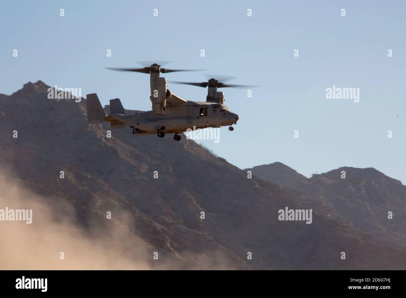 Cuerpo de Marina de EE.UU. MV-22B Osprey, asignado a armas de Aviación Marina y tácticas Squadron uno (MAWTS-1), se prepara para aterrizar para conducir una evacuación durante un escenario de inserción y extracción mientras participa en el curso Instructor de armas y tácticas (WTI) 1-21 en Combat Village, en Wellton, Arizona, 12 de octubre de 2020. El curso WTI es un evento de capacitación de siete semanas organizado por MAWTS-1, que proporciona capacitación táctica avanzada estandarizada y certificación de las calificaciones de instructores de la unidad para apoyar la capacitación y preparación de la aviación marina, y ayuda en el desarrollo y empleo de armas de aviación y Foto de stock