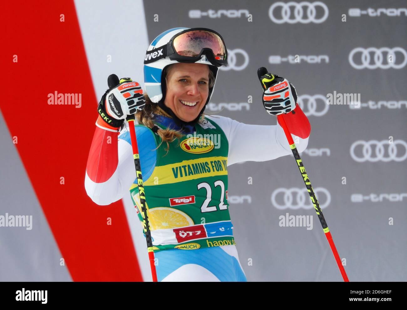 Alpine Skiing - FIS Ski World Cup - Soelden - Women's Giant Slalom - Soelden, Austria - 17 de octubre de 2020 la Suiza Andrea Ellenberger reacciona después de su segunda carrera REUTERS/Leonhard Foeger Foto de stock