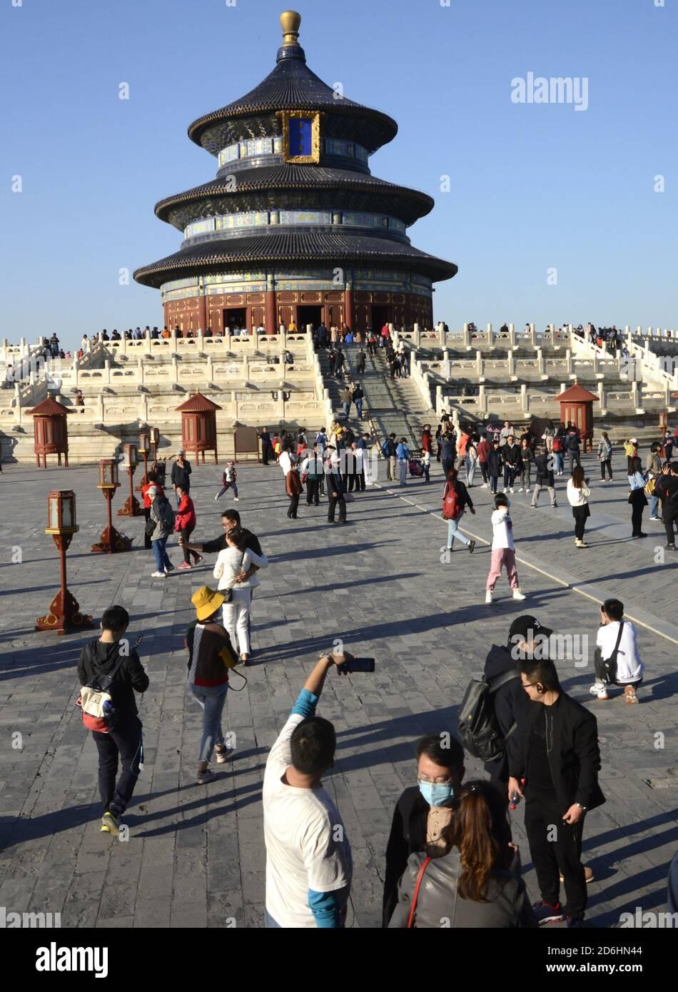 Pekín, China. 17 de octubre de 2020. La gente visita el Templo del Cielo en Beijng, capital de China, 17 de octubre de 2020. Crédito: Li Xin/Xinhua/Alamy Live News Foto de stock