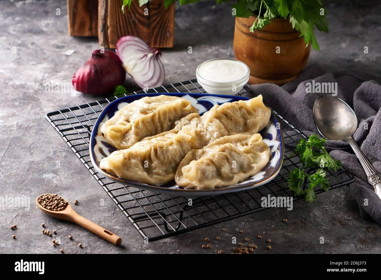 Manti tradicional aziano, buñuelos con carne picada Foto de stock