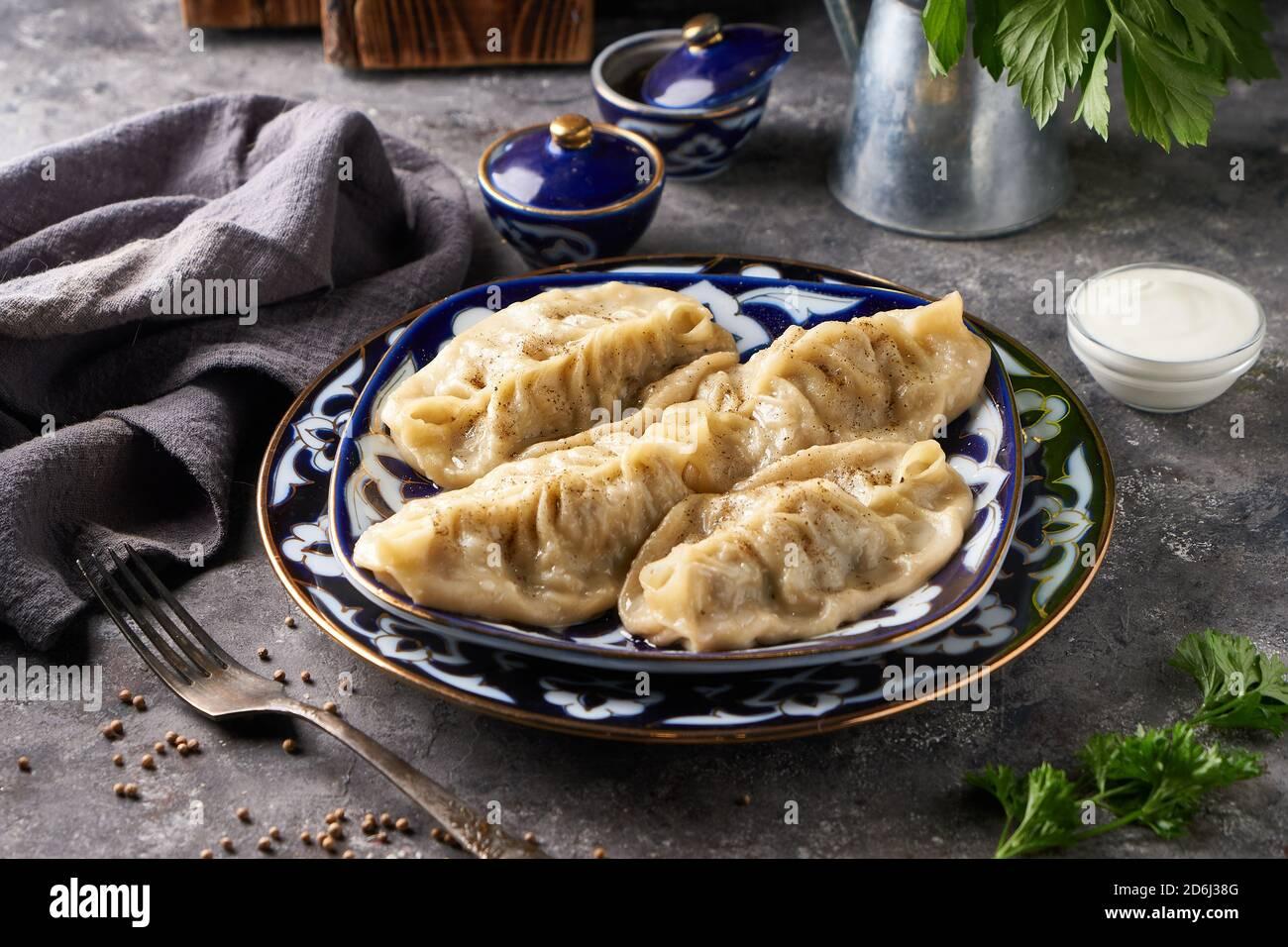 Manti tradicional aziano, buñuelos con carne picada primer plano Foto de stock