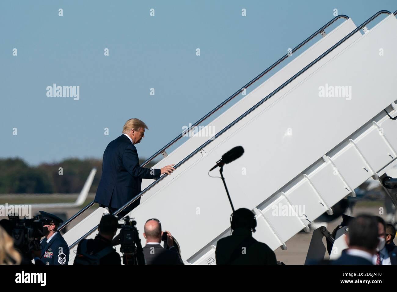 Maryland, EE.UU. 17 de octubre de 2020. El presidente estadounidense Donald J. Trump enjunta la Fuerza Aérea uno en la base conjunta Andrews en Maryland, EE.UU., el sábado, 17 de octubre de 2020. Se espera que Trump haga múltiples paradas de campaña en la costa oeste durante los próximos días, descansando durante la noche en las Vegas, Nevada. Crédito: Alex Edelman/Pool via CNP | uso en todo el mundo crédito: dpa/Alamy Live News Foto de stock