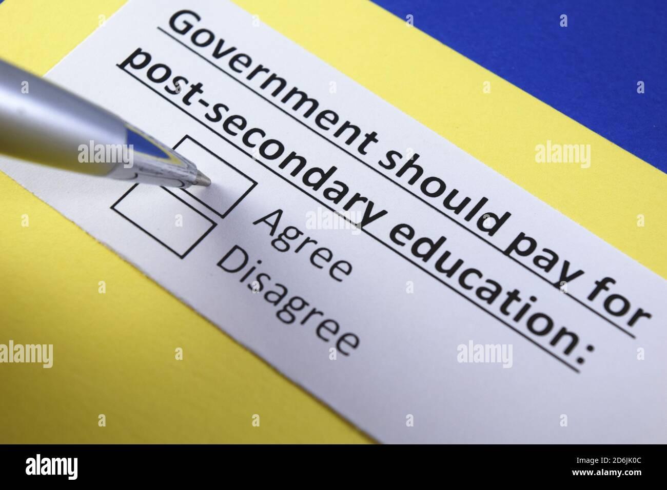 El gobierno debe pagar por la educación post-secundaria: ¿de acuerdo o en desacuerdo? Foto de stock