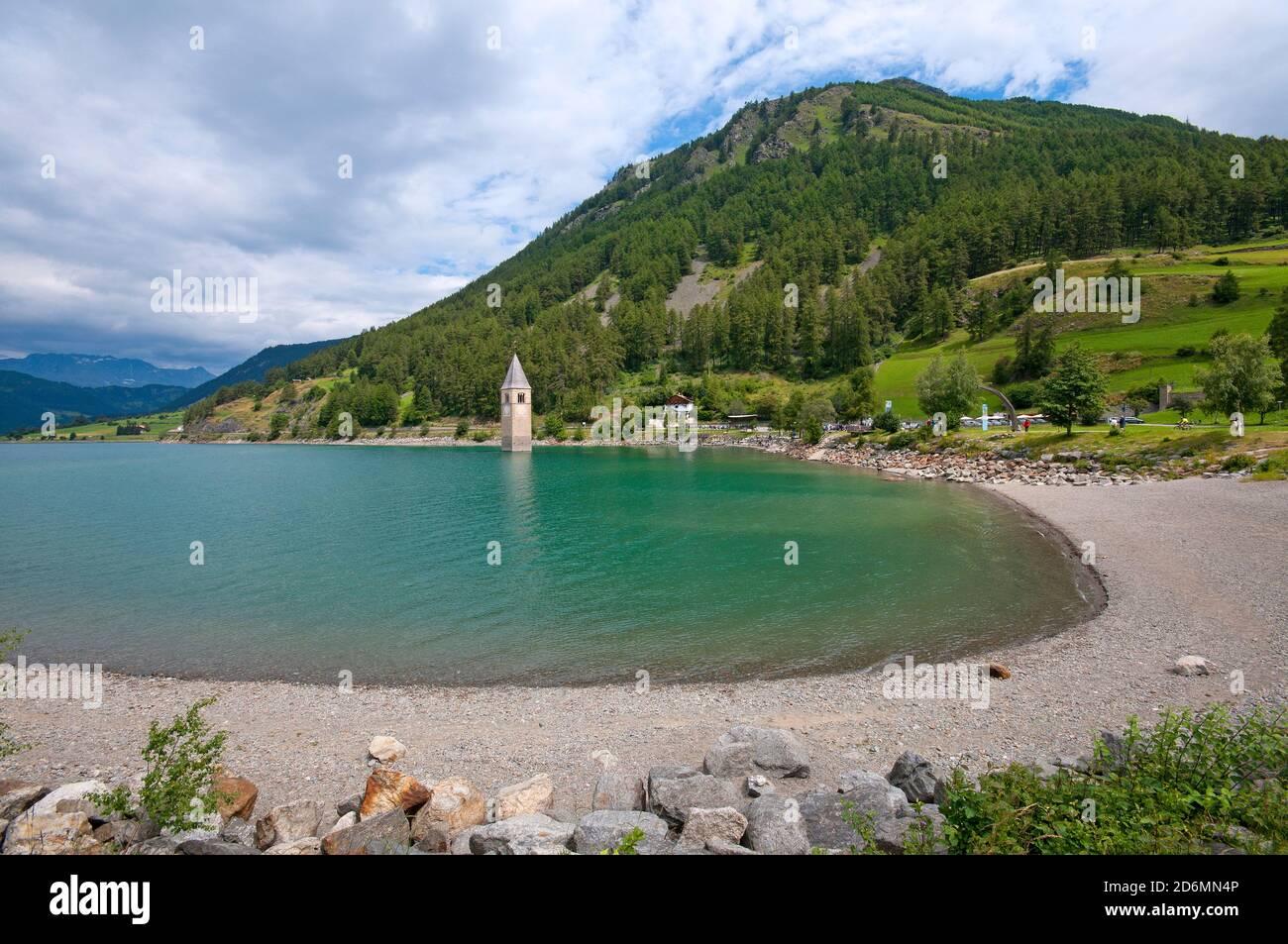 Lago Resia con su famoso campanario semi-sumergido de Curon, Valle de Venosta, Bolzano, Trentino-Alto Adige, Italia Foto de stock