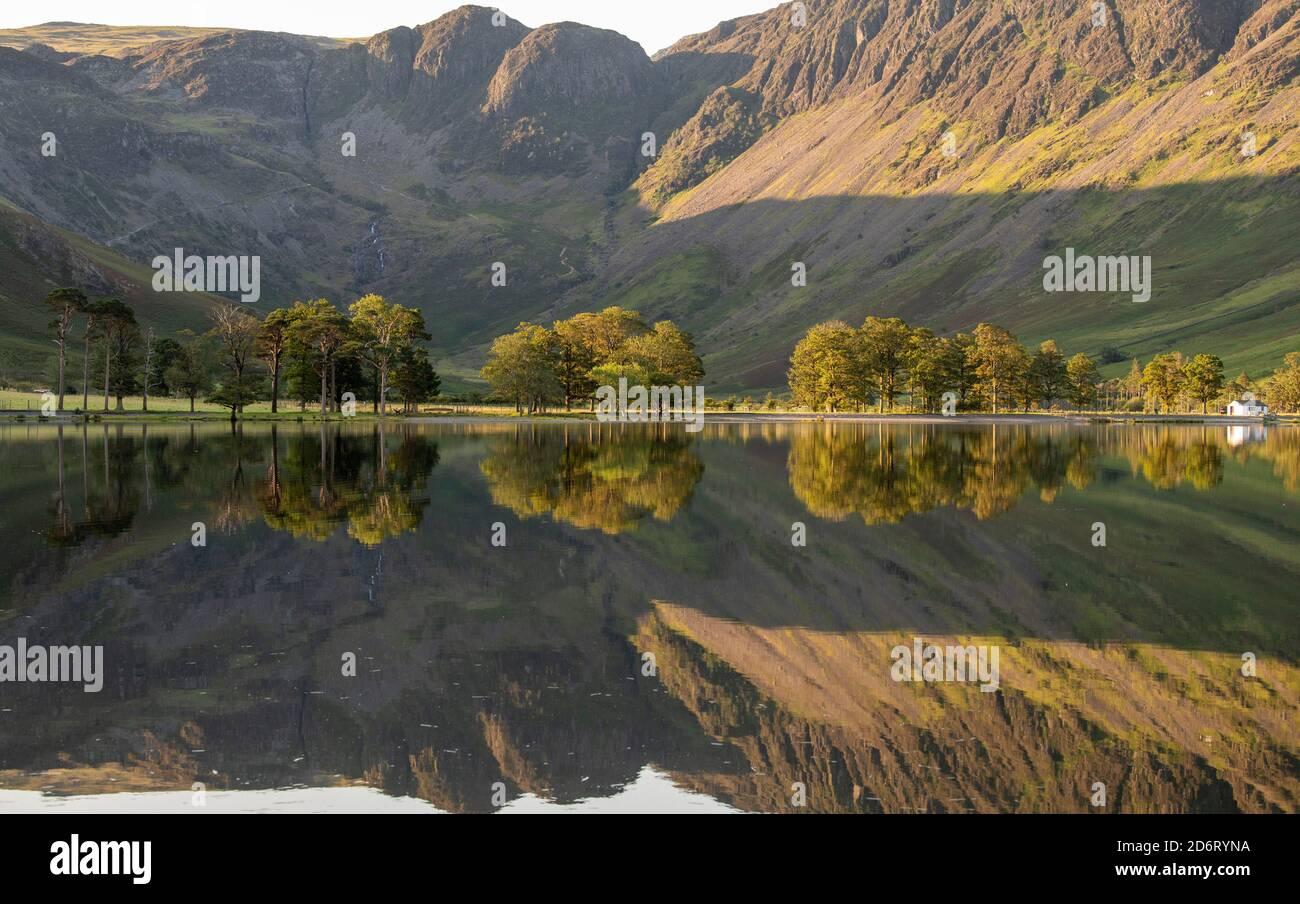 Reflexiones de verano temprano por la mañana sobre Buttermere en el Distrito de los Lagos, Cumbria Inglaterra Reino Unido Foto de stock