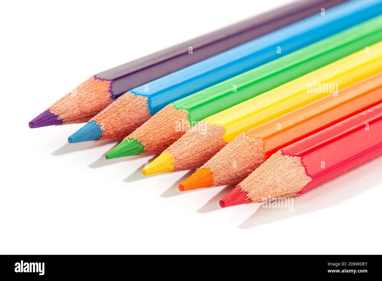 Lápices de colores aislados sobre fondo blanco. Lápices de colores LGBTQ con bandera arco iris. Espacio de copia Foto de stock