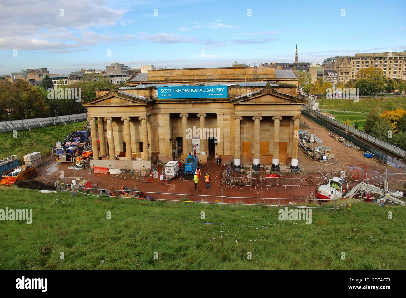 Se están llevando a cabo obras de renovación fuera de la Galería Nacional Escocesa En Edimburgo Foto de stock