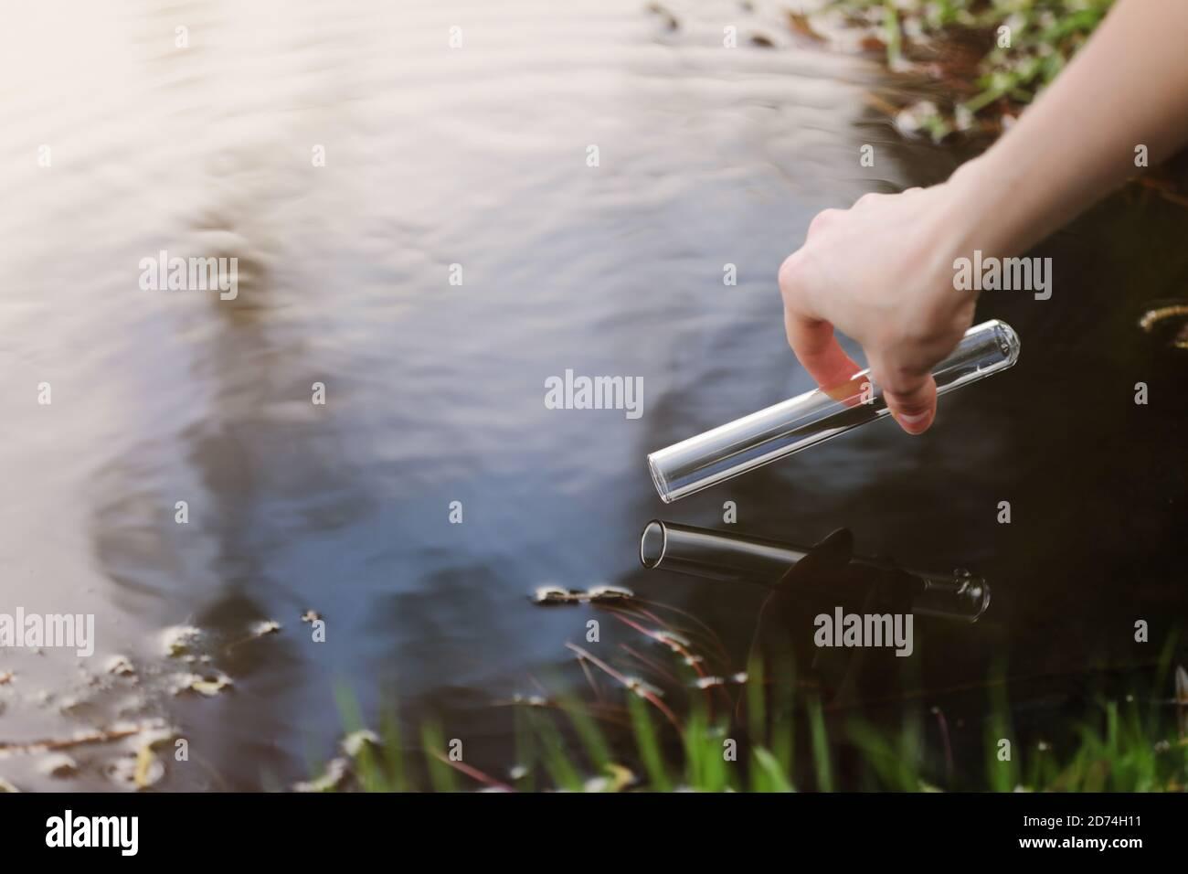 Una muestra de agua del río. Consumo de agua. Abstracción de agua. Agua de muestra. El concepto de un ambiente limpio Foto de stock