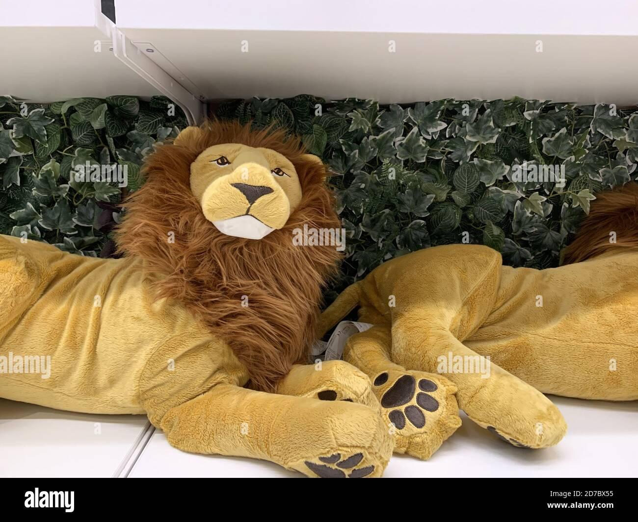 Dos juguetes de león rellenos en una estantería Foto de stock