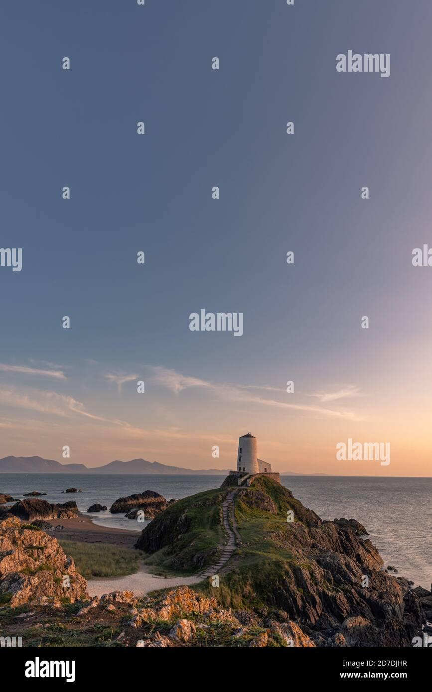 El faro de la isla Llanddwyn, Twr Mawr en Ynys Llanddwyn en Anglesey, Gales del Norte. Foto de stock