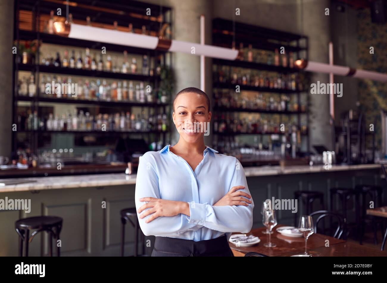 Retrato de una mujer confiada propietaria de un bar de restaurante de pie Contador Foto de stock