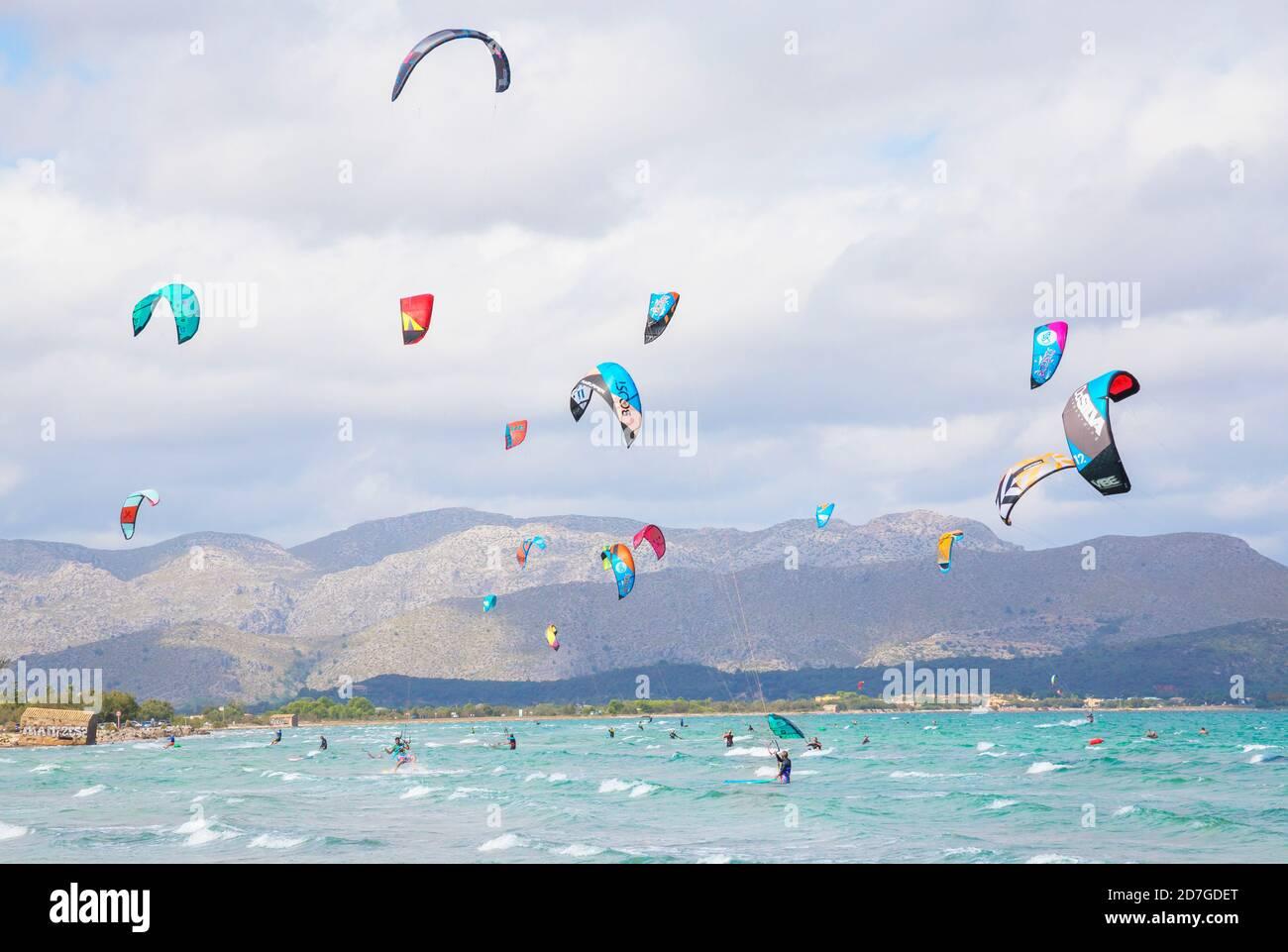 Gente Kitesurfing en la playa de Alcudia. Mallorca, Islas Baleares, España Foto de stock