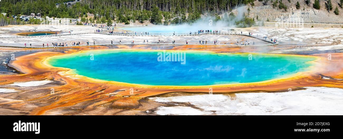 Gran panorama de primavera prismática en el Parque Nacional de Yellowstone, Wyoming Foto de stock