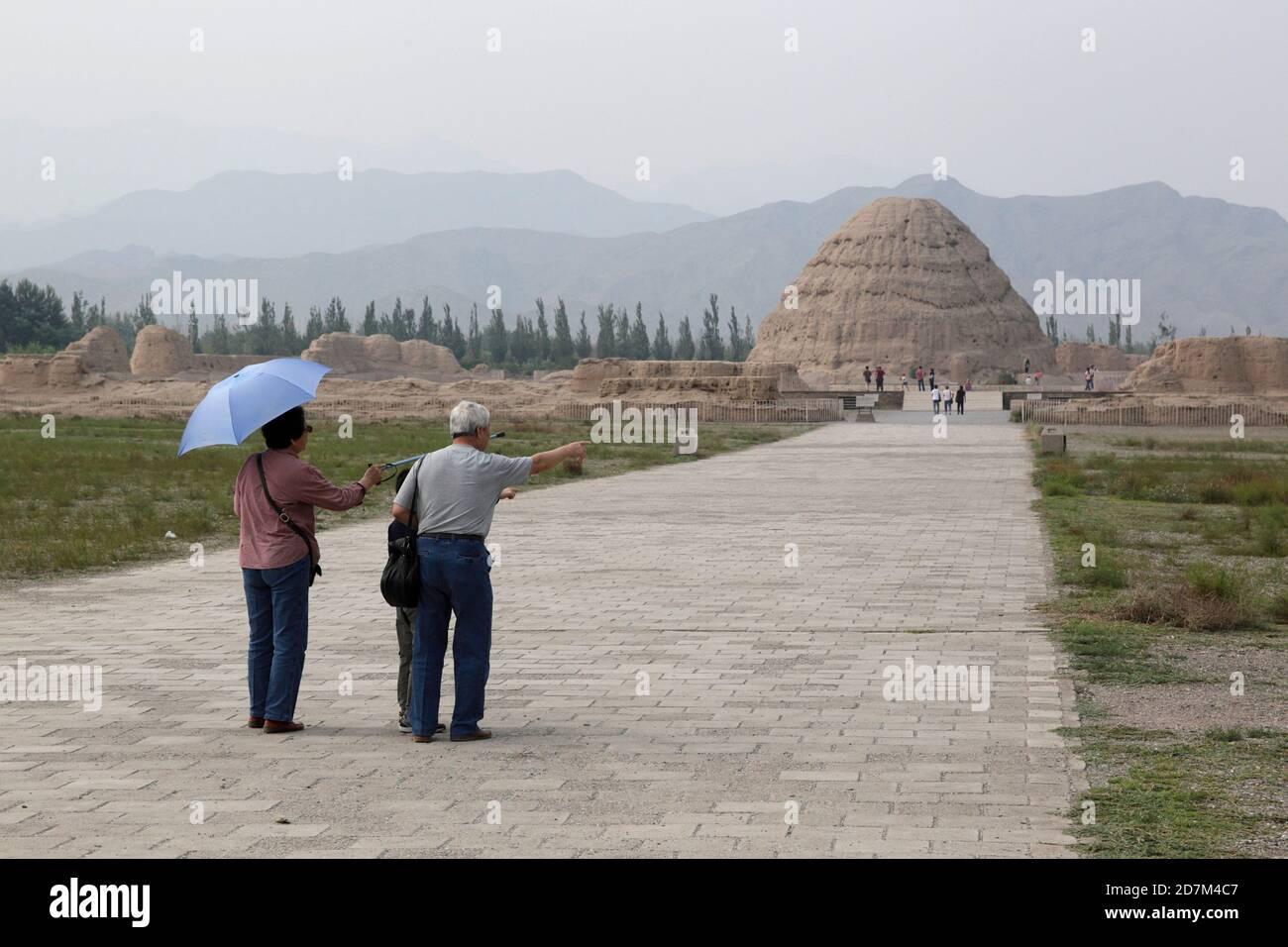Visitantes en camino a las Tumbas Xixia Lingmu, Ningxia, China 16 de agosto de 2011 Foto de stock