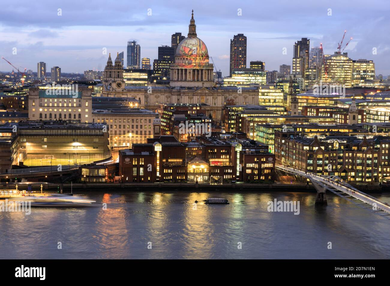 """La cúpula de la Catedral de San Pablo en la ciudad de Londres, vista aquí desde el otro lado del río Támesis, con la proyección del """"Anciano de días"""" de William Blake, L. Foto de stock"""