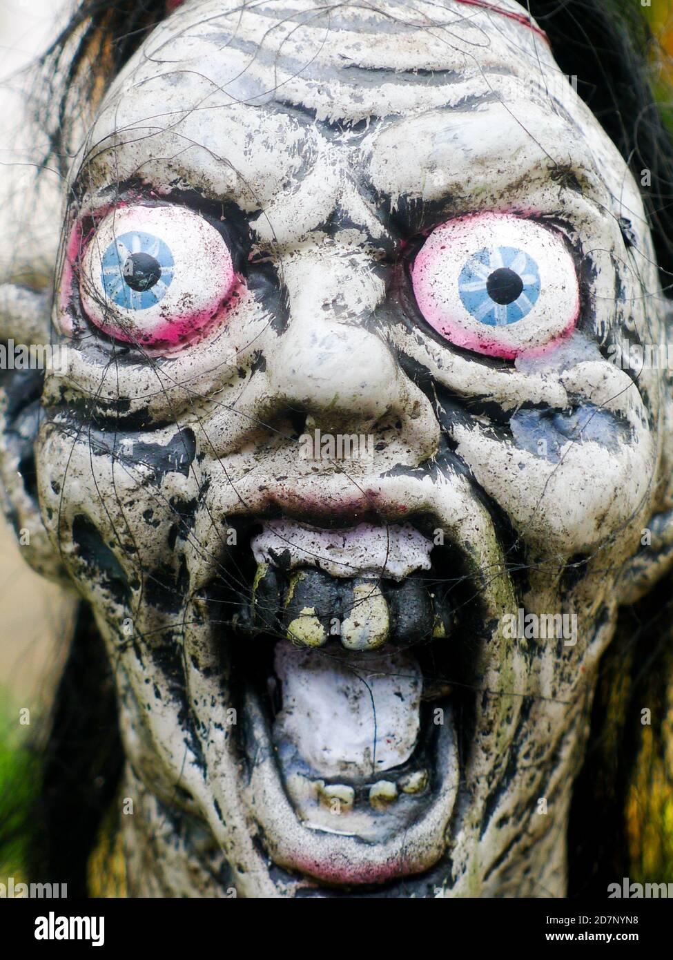 Cabeza de piedra demoníaca. Ojos abultados y dientes rotantes. Imagen de Halloween Foto de stock